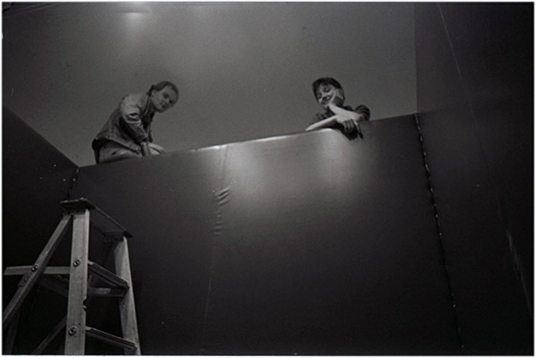 Robert Stewart and Jeanette Reinhardt installing in ten sity, Vancouver Art Gallery, 1978, Courtesy of Paul Wong